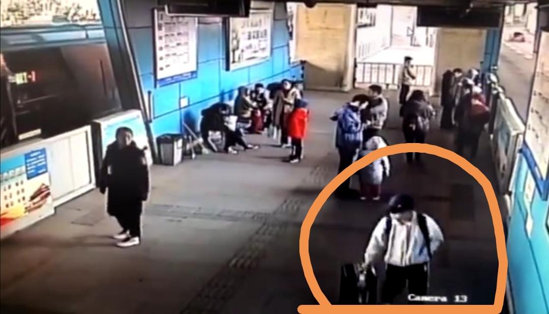 40秒|公交站台上呕吐浑身发抖 济南一高中生疑服药过量被送医