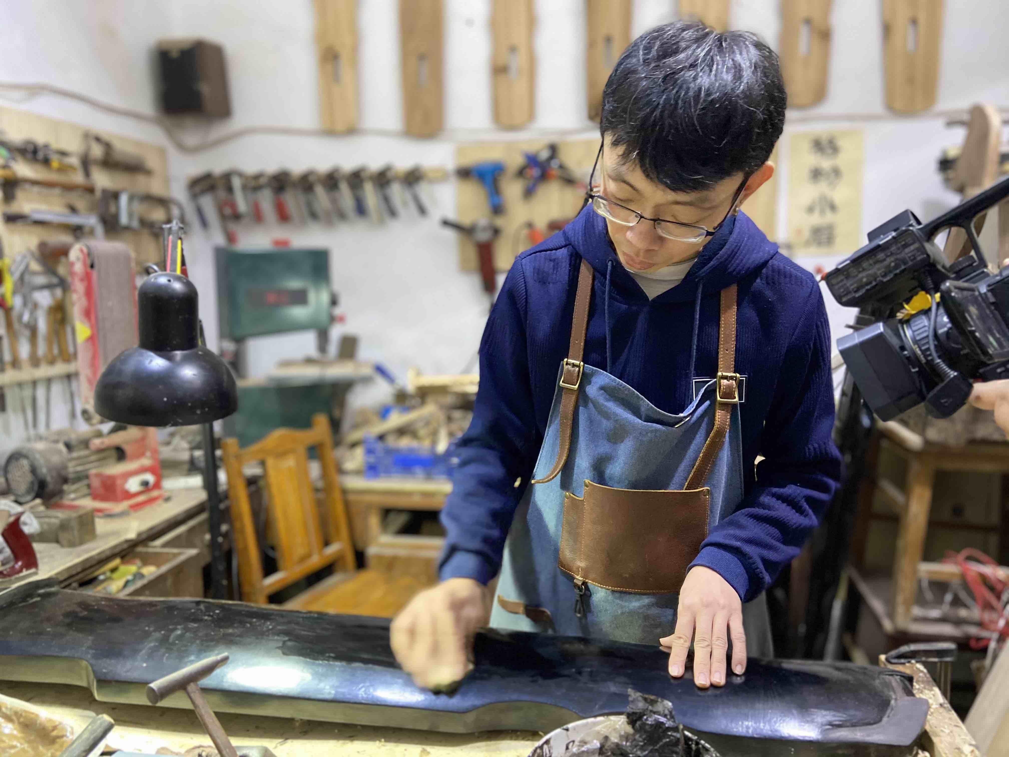 """一百多道工序!济南80后斫琴师爱好""""锯木头"""" 制作一把古琴至少一年时间"""