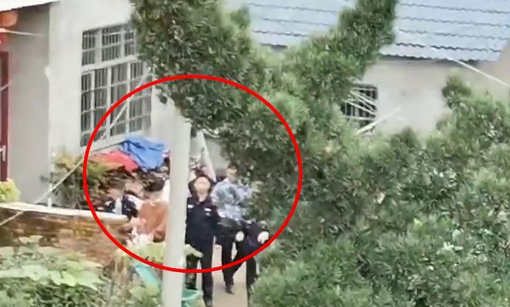 一身黄衣 手铐用白布遮挡 江西致3死1伤命案嫌疑人指认现场