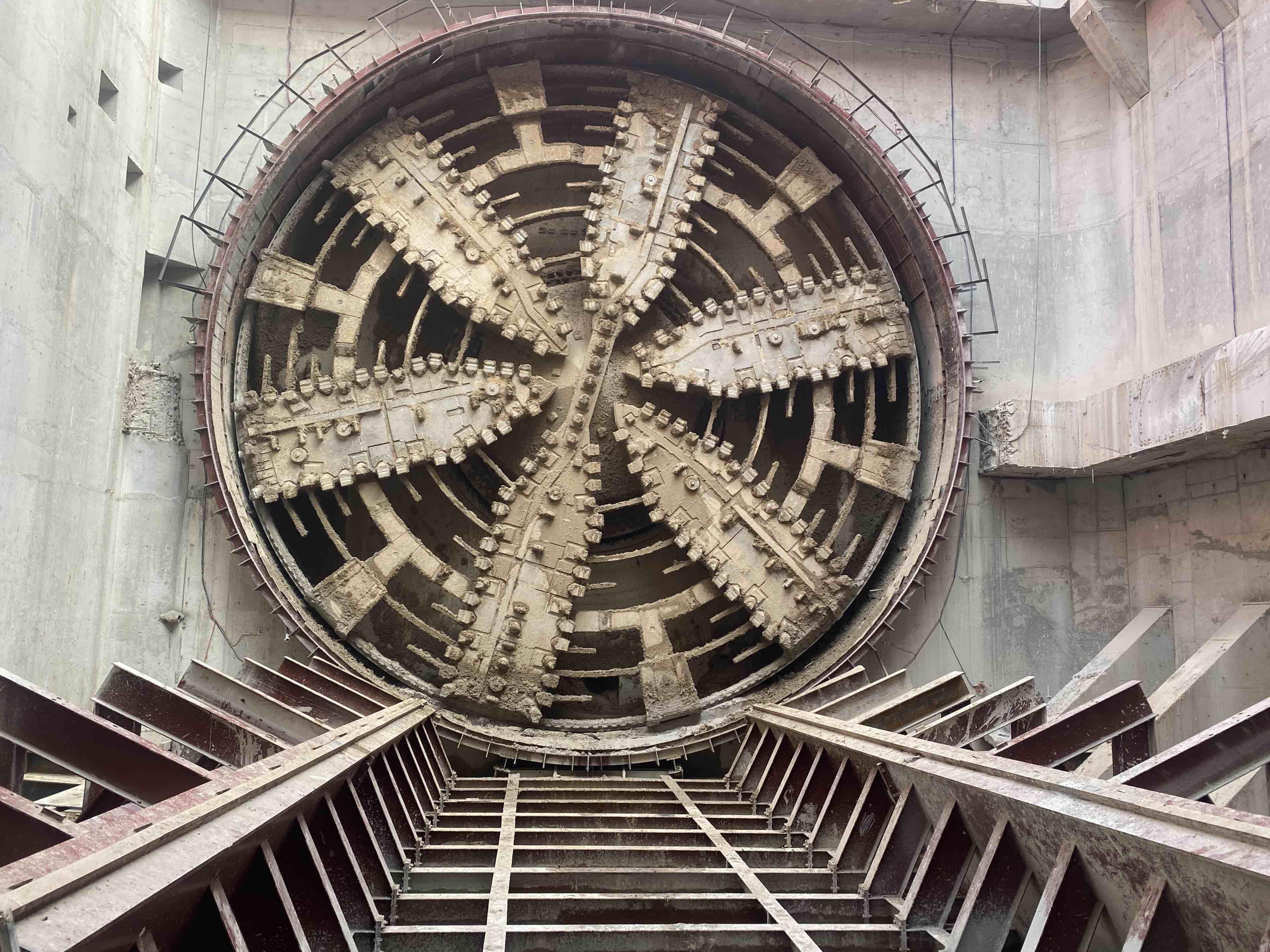 26小时掘进2米!济南黄河隧道东线贯通 盾构掘进突破最难关口