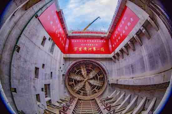 """首次穿越地上""""悬河""""!万里黄河第一隧济南黄河隧道首线贯通"""