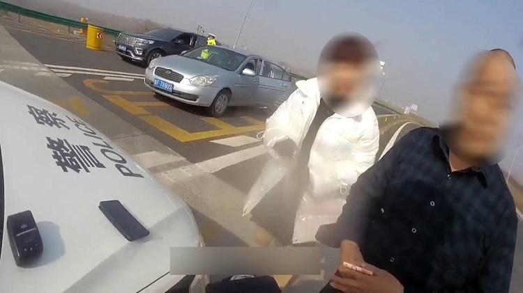 """88秒 男子无证驾驶被查欲塞钱求照顾 交警直呼""""我是一个正直的人"""""""