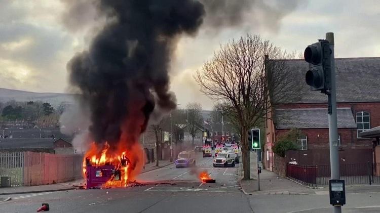 52秒丨英国北爱尔兰首府发生严重骚乱 致数十名警察受伤