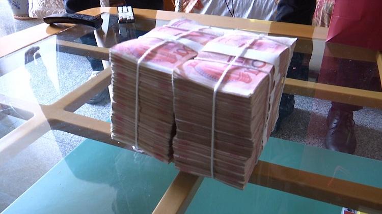 76秒丨淄博老人晨练捡到20万现金赶紧报警 失主上门致谢