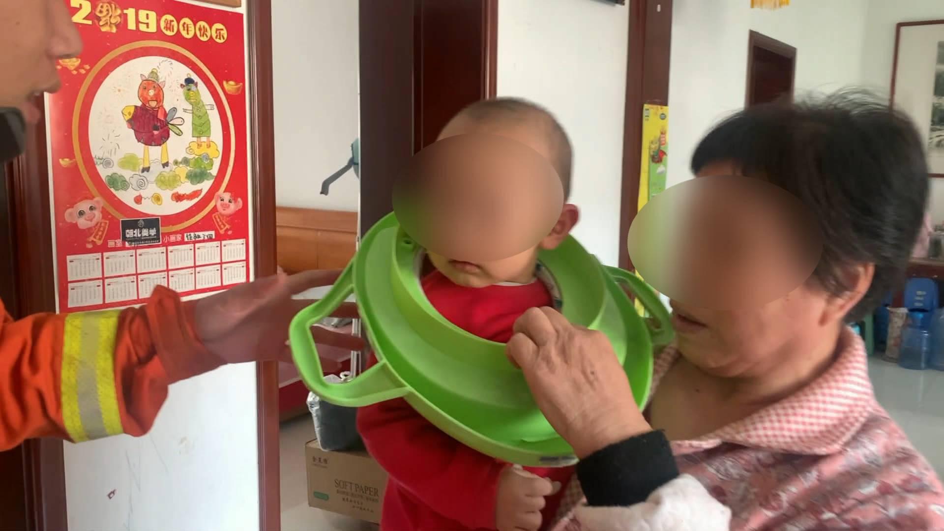 60秒|哭笑不得!淄博一幼儿被马桶圈套住颈部 消防15秒取下