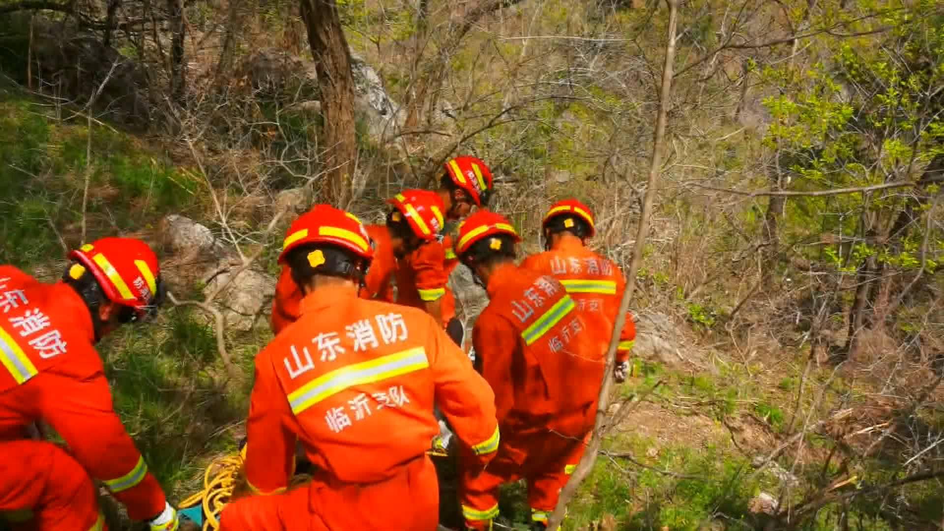 35秒|临沂一游客爬山骨折被困 消防员翻山越岭成功救援