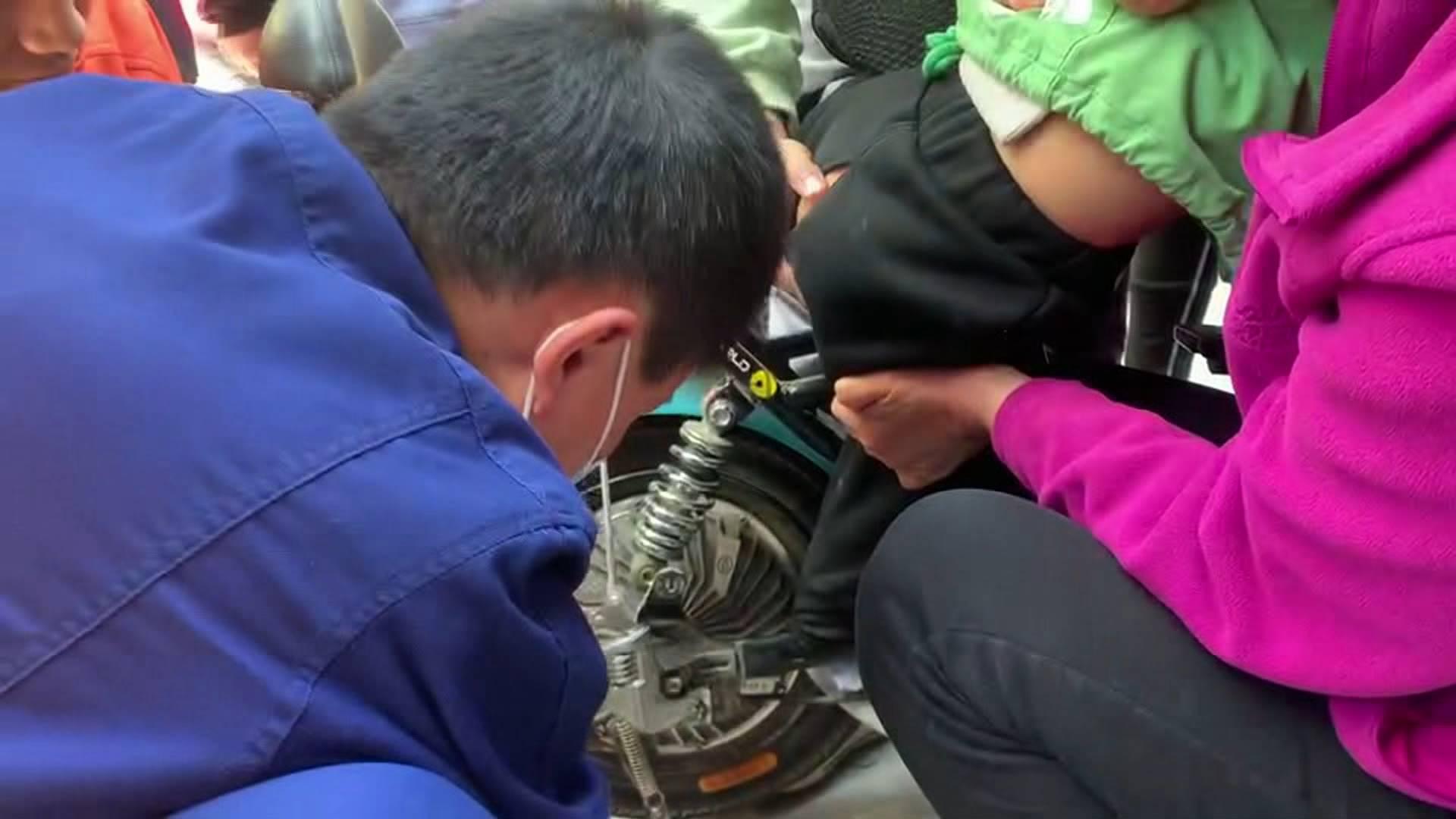 41秒丨淄博一3岁男童脚被卡电动车  消防车秒变急救车