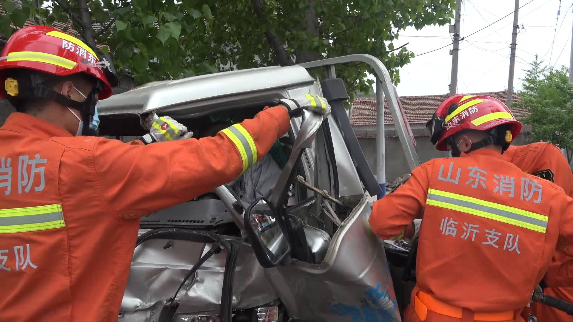 39秒|临沂:狭窄路段小货车追尾SUV  车头变形司机被困