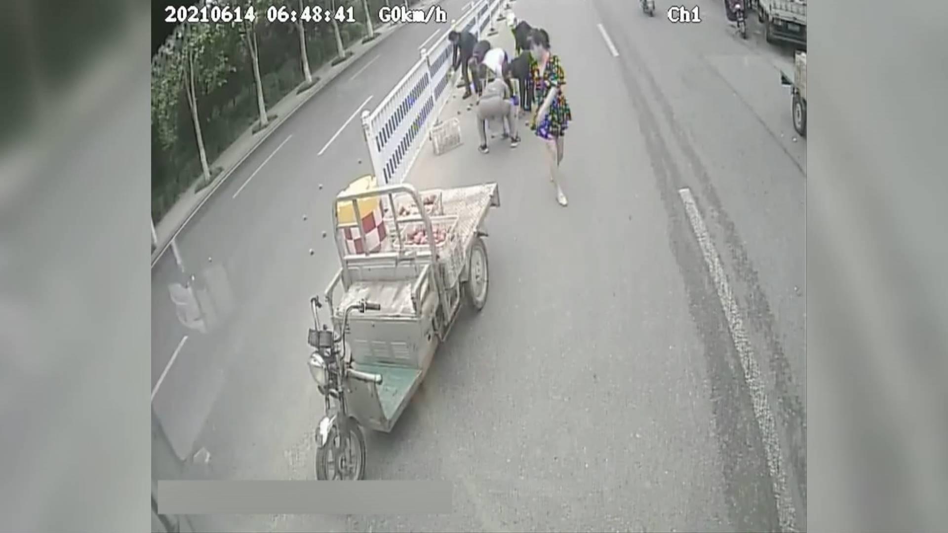 暖心!路遇三轮车上苹果散落 青岛公交司机周边市民主动帮忙捡拾