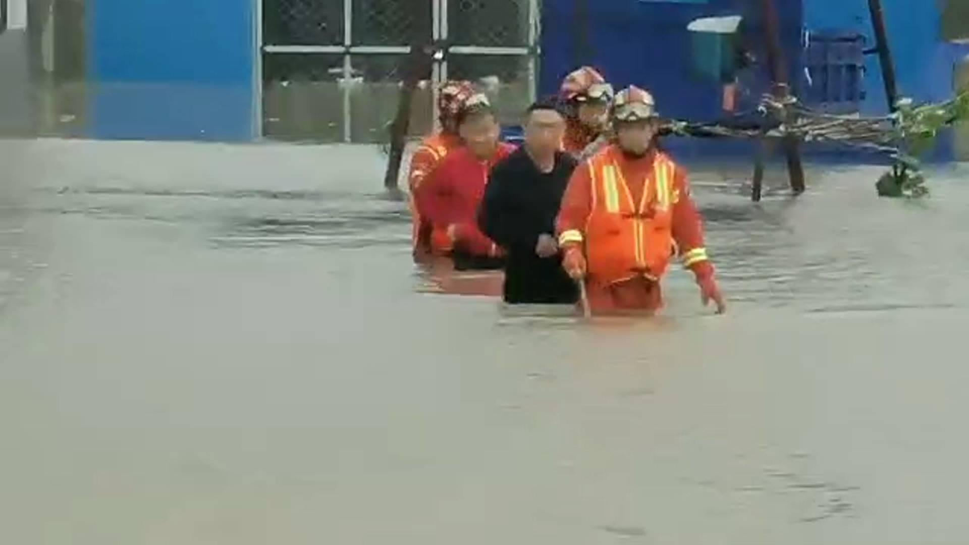 济南:暴雨后5人被困内涝 消防员紧急营救
