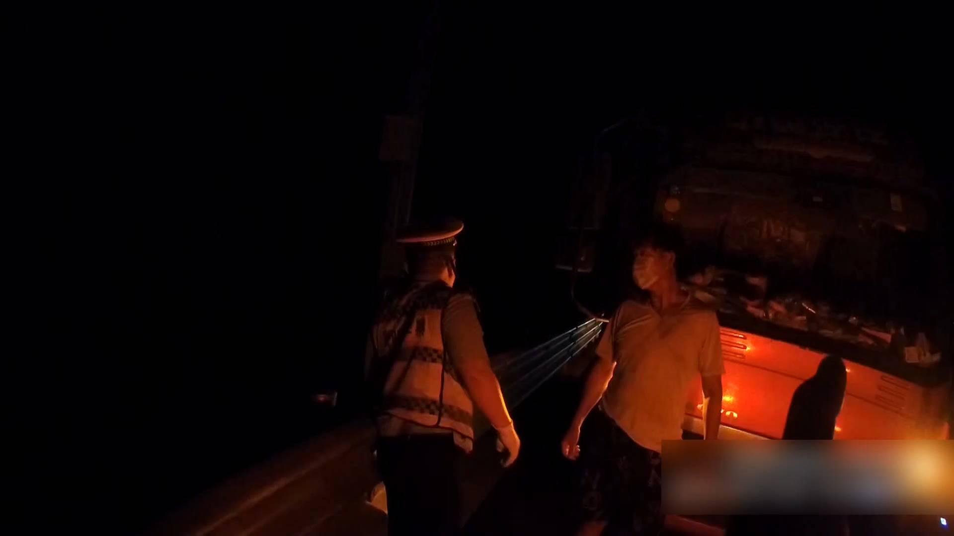 """货车灯光故障高速上缓慢行驶 交警一路护送""""我来当你的'眼'"""""""