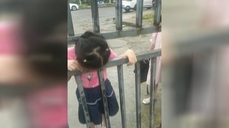 安徽女孩头卡在铁门里进退不得 环卫工一招机智解救