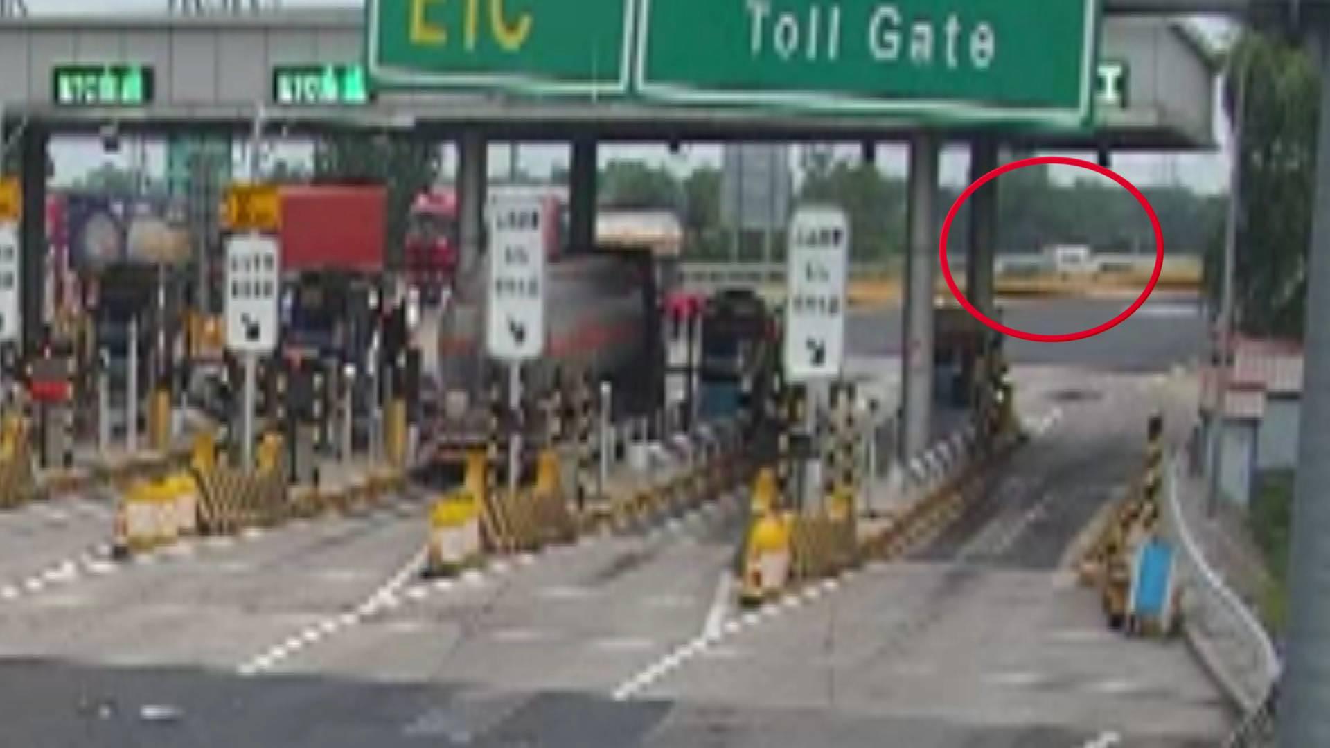 因看到交警紧张在高速匝道逆行 司机被一次性扣12分