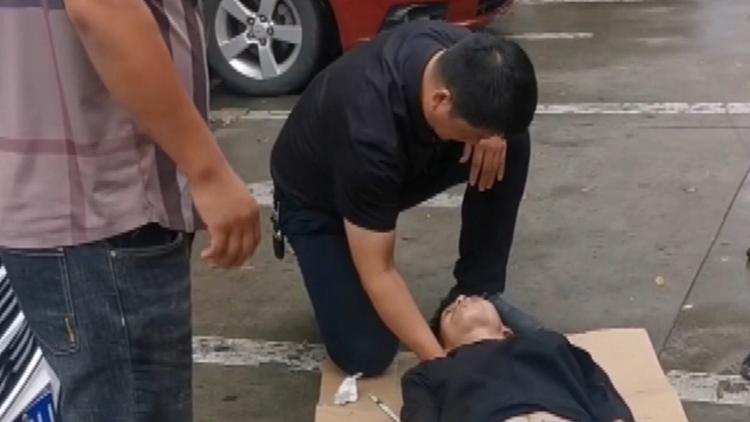 濱州博興:男子癲癇病發作  醫生張巖亮雨天跪地救人