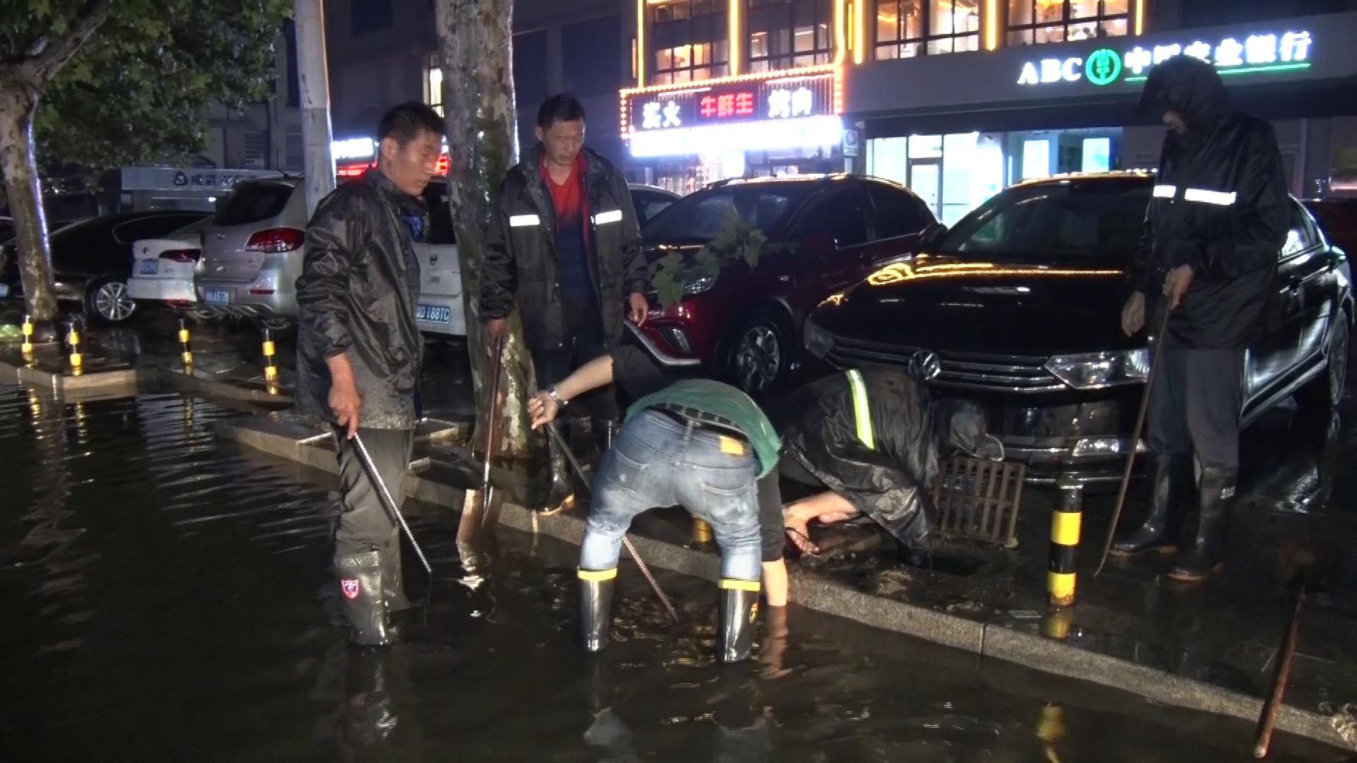 撬杠、铁锹齐上阵!菏泽成武降大雨 市政部门24小时坚守排积水
