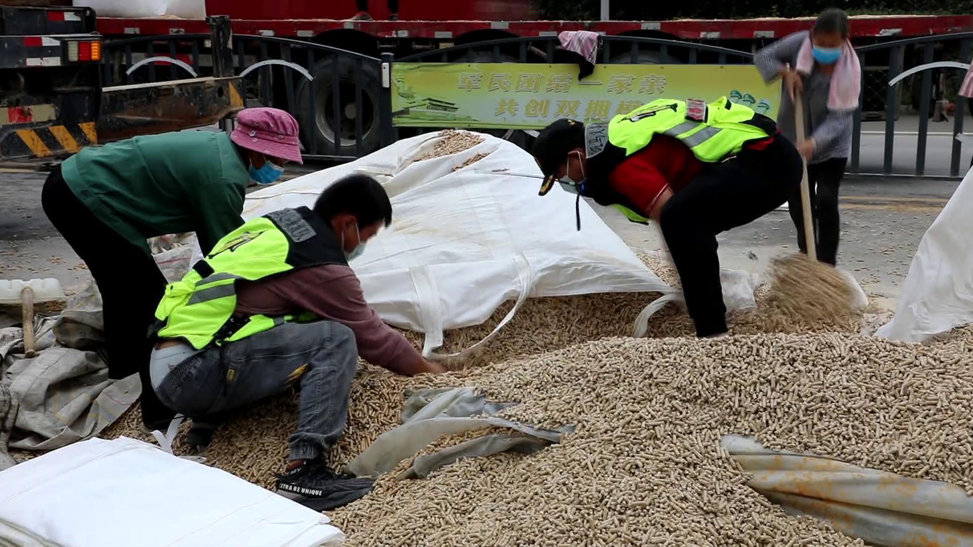 好样的!33吨木颗粒散落交通要道 菏泽各救援力量火速支援