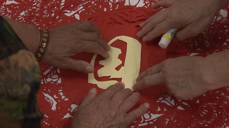 指尖上的绝活!潍坊高密老年大学剪纸社团为祖国送祝福