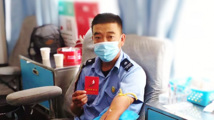 """潍坊""""爱心公交驾驶员""""累计无偿献血7次 被潍坊市委市政府通报表扬"""