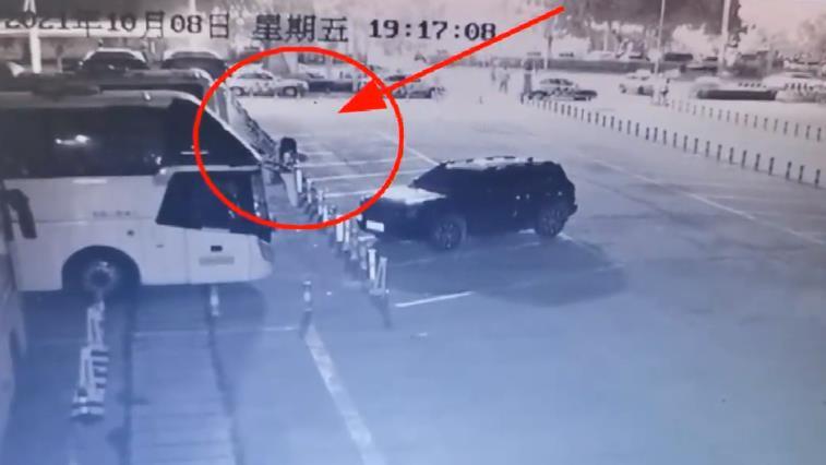 滨州市汽车总站两根隔离柱被盗 监控视频曝光