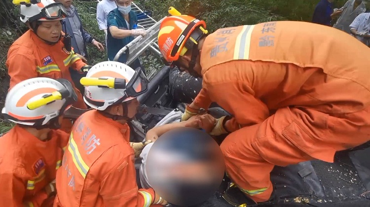"""贵州一小货车冲下高桥3人被困,消防员不停呼喊""""坚持住,不能睡"""""""