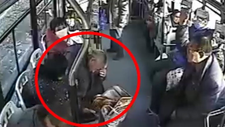43秒丨点赞!邹平一老人公交车上昏迷 幸亏这三位热心驾驶员