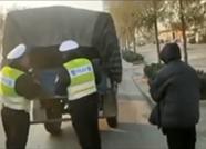 34秒 聊城一无牌无证农用车违法载11人,司机被罚1200元拘留5天!