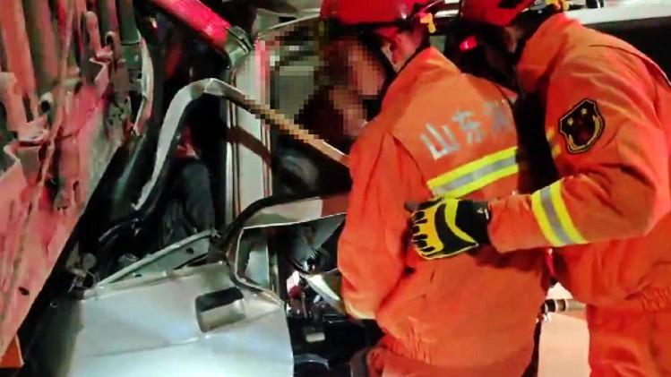 48秒丨潍坊昌乐大沂路发生两车追尾事故 被困驾驶员被消防员成功救出