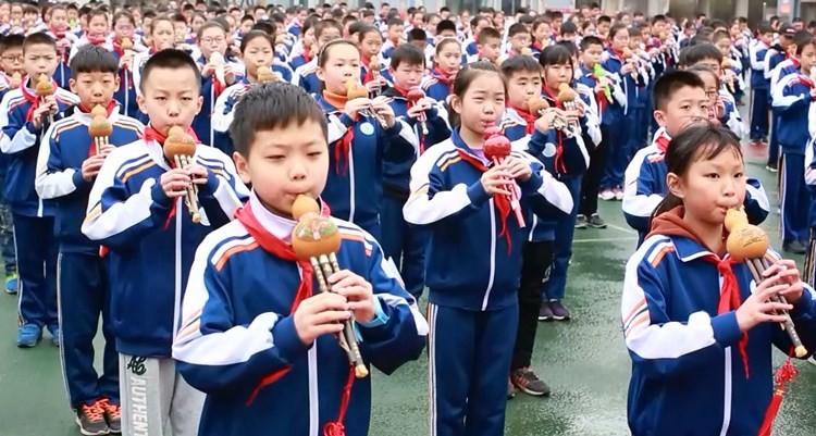 潍坊千名小学生用葫芦丝同场演奏《荷塘月色》