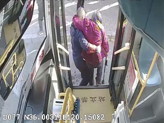 温度记丨老人乘公交行动不便 热心驾驶员身体当拐杖