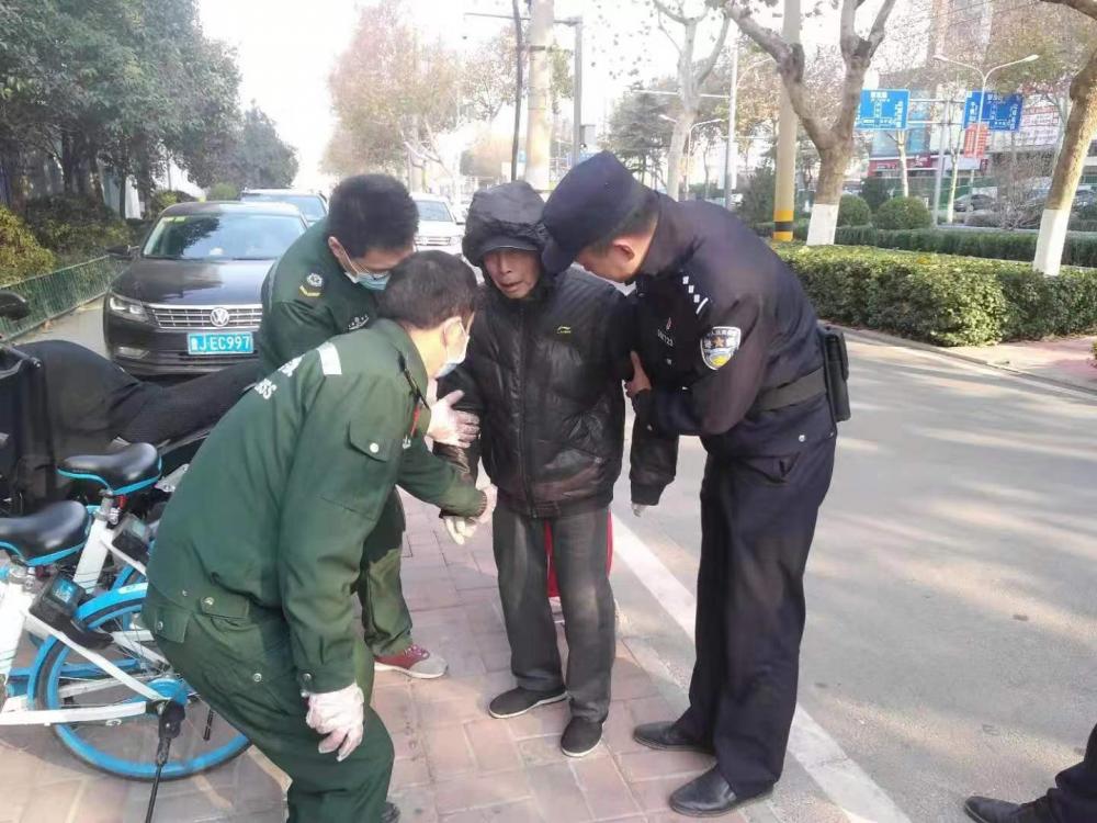 30秒|济南一85岁老人路边摔倒  众人齐心帮其找到家人