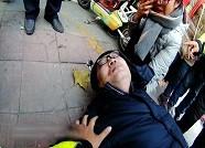 """56秒丨学校门口一家长突然晕倒 辅警小哥哥化身""""人肉靠背"""" 坐在地上撑起他……"""