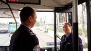 """97秒丨热水、图书、母婴室……潍坊这小两口把公交车打造成""""温馨小家"""""""