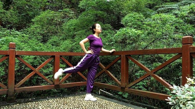 37秒丨闪电体育《健身课堂》——肱三头肌的拉伸技巧