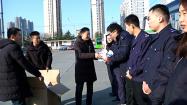 """75秒丨这个冬天不再冷!潍坊2100余名公交驾驶员收到了""""爱心大礼包"""""""