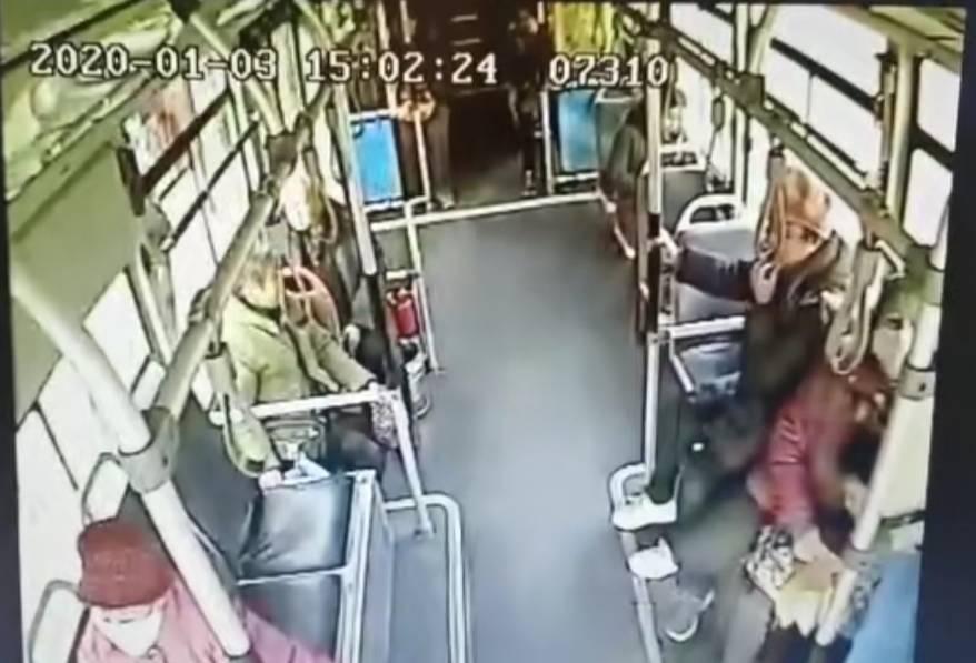 温度记 | 济南一6岁男孩公交车上突然晕厥 司机乘客紧急救援