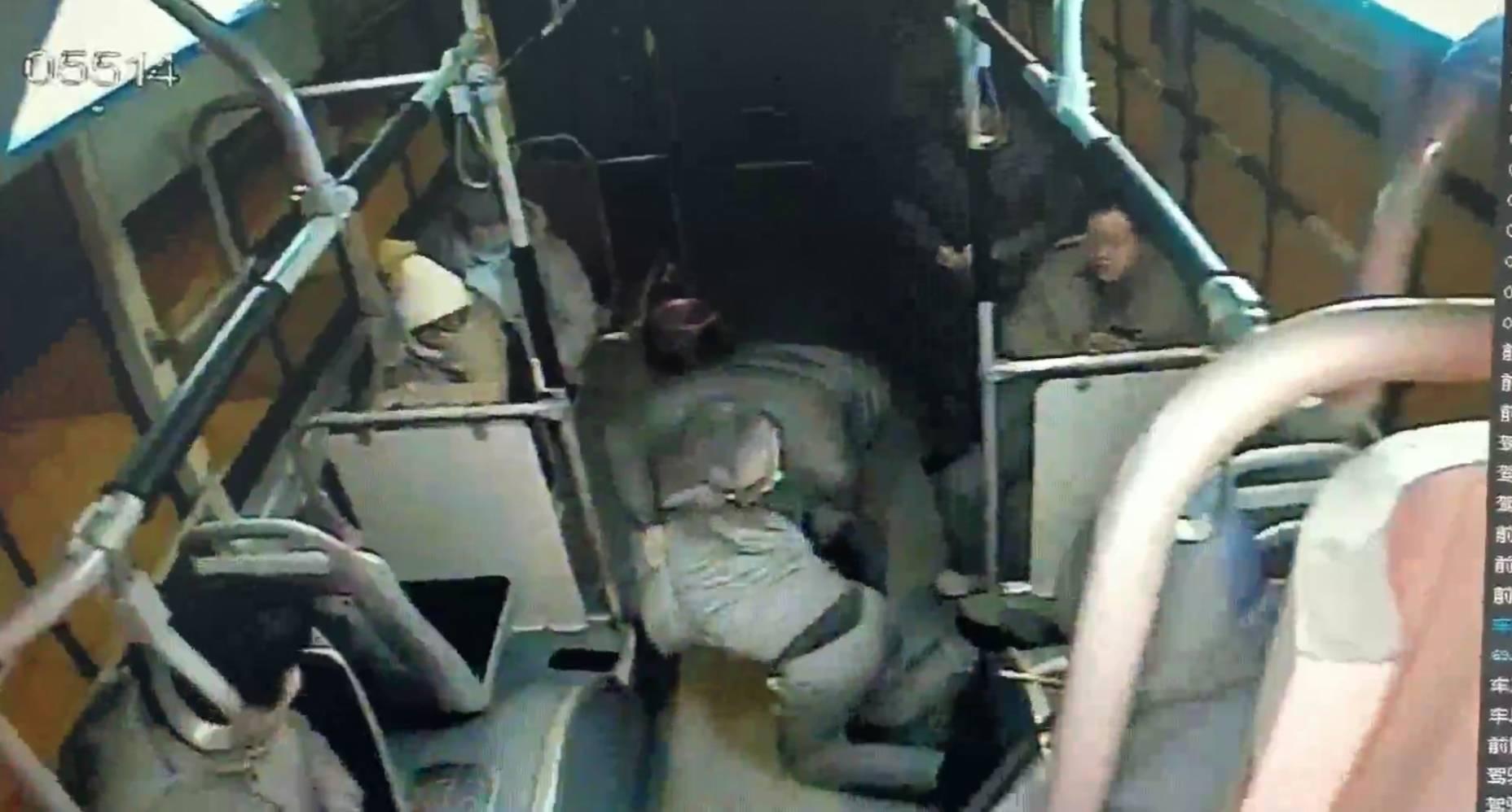 温度记 | 年轻乘客突然晕倒一头栽地 !司机乘客暖心救助