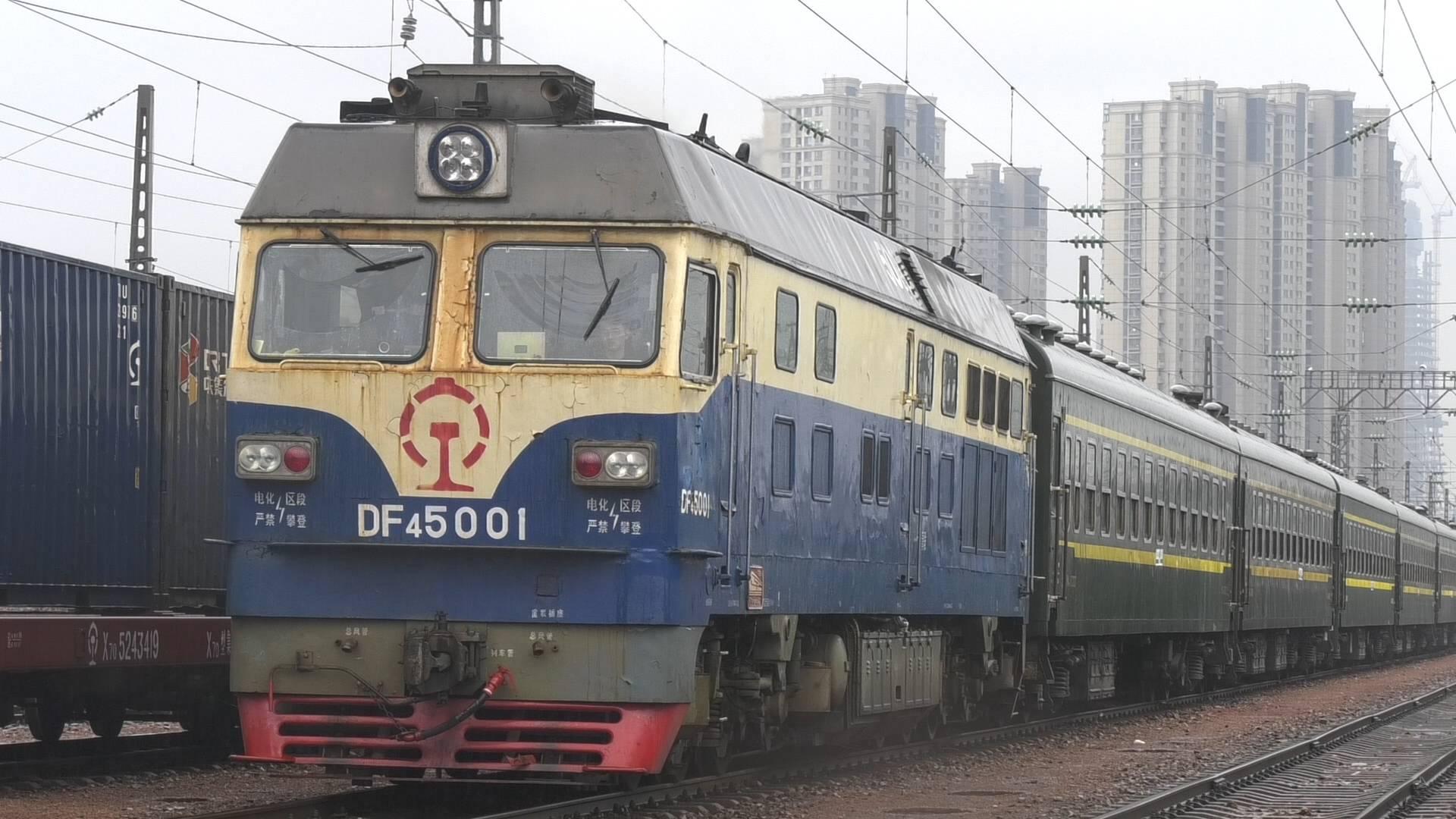 出发!济南局集团公司支南列车在青岛发车
