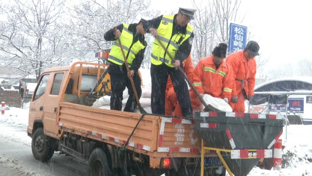 48秒丨山东沂源县持续降雪道路湿滑 他们为司机保驾护航