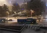 雪天路滑!威海菊花顶路多辆公交车堵在了半坡