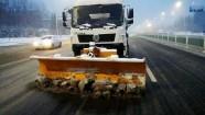 51秒丨积雪路滑不必慌 潍坊环卫找来大型机械助力