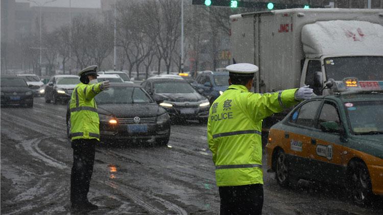 潍坊迎来降雪路面结冰严重 交警全员上路保障群众出行
