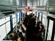 """组图丨雪后道路结冰 潍坊市民扎堆""""挤公交"""""""