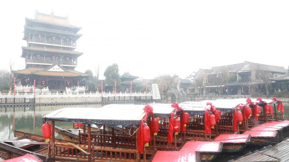 台儿庄古运河畔迎来新年第一场雪,古香古色如水墨画卷