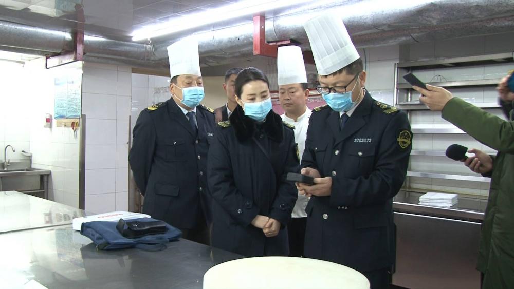 济南抽查部分餐饮单位 舜和酒店厨师手部清洁不达标、聚福林厨师未戴口罩