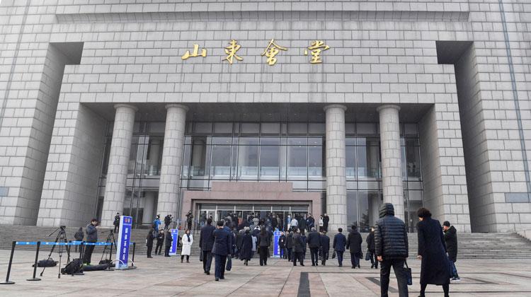 山东省十三届人大三次会议9时开幕 代表委员陆续步入会场