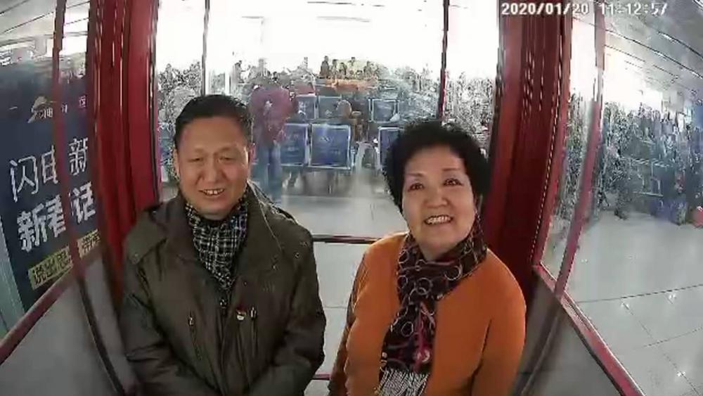 """青岛啤酒·闪电新闻""""新春话吧""""丨退休老两口:孩子长大了没心事了 全国各地去旅游"""
