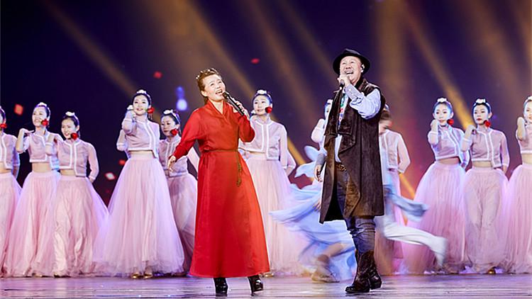 2020山东春晚丨腾格尔龚琳娜合唱《爱在那遥远的地方》一开口就惊艳了