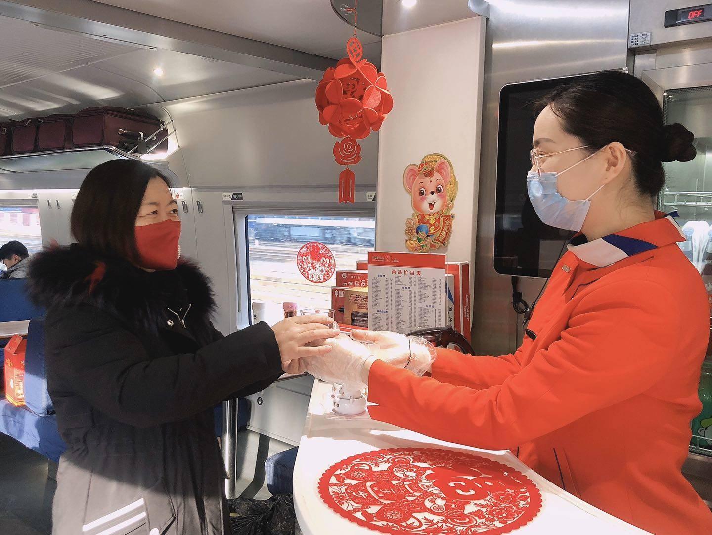 提供零食口罩还有消毒用品 青岛高铁车厢温馨又安全