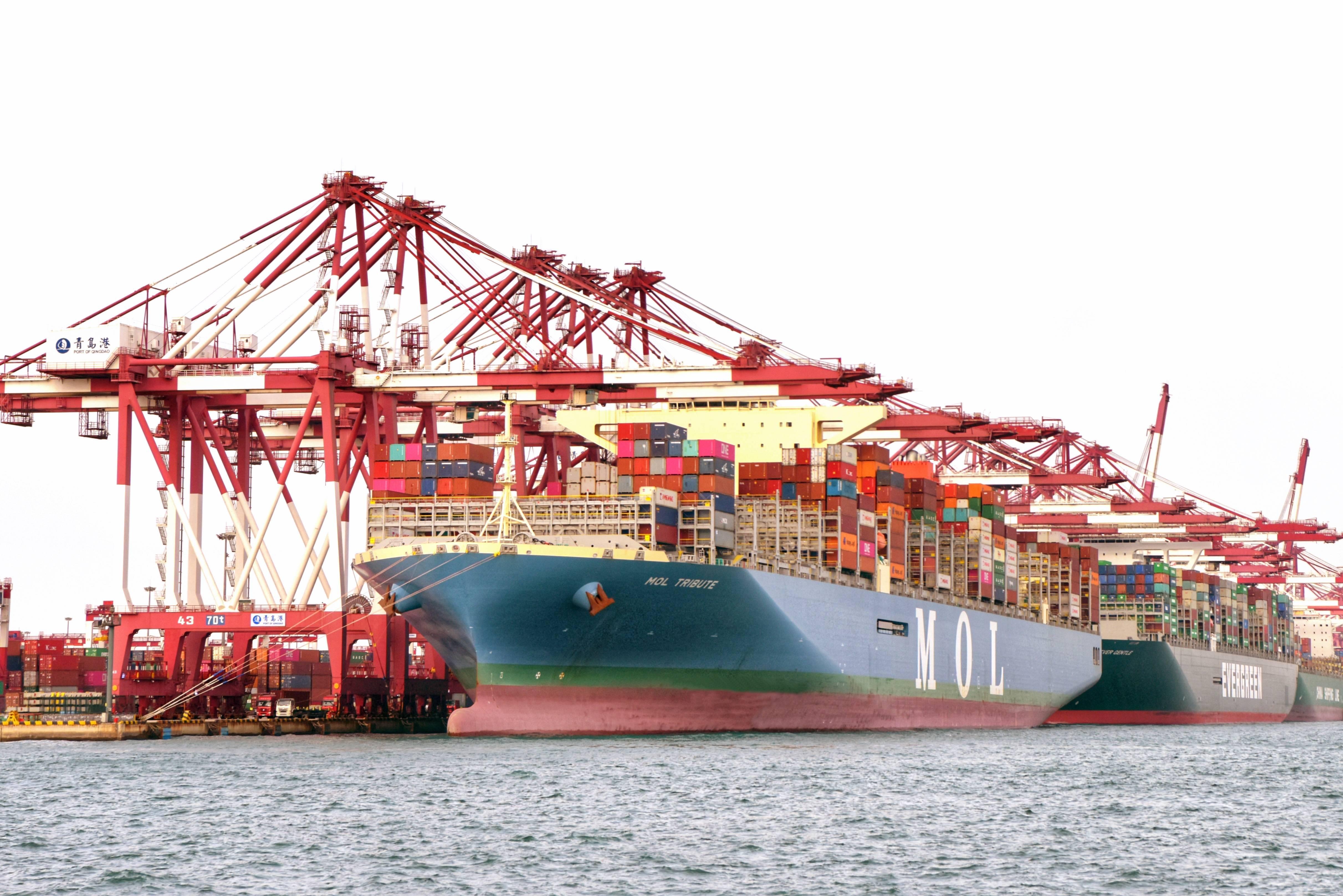 全球实载量最大集装箱船除夕靠泊青岛港