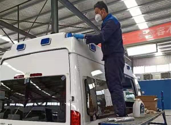 组图:胶州企业提早复工  为武汉赶制医疗车辆